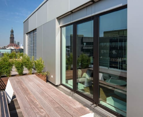 Terasse der Büroimmobilie Nikolaikontor in Hamburg mit Blick auf den Michel: Vermietungsmanagement der HIH Real Estate